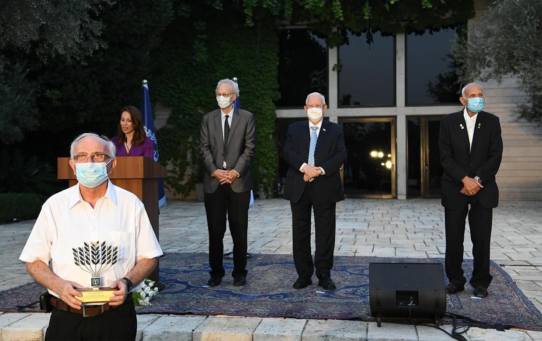 """דב גריידינגר מקבל את האות בשם המערך (קרדיט צילום: עמוס בן גרשום / לע""""מ)"""